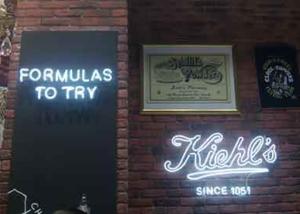 """Неоновые вывеcки """"Kiehl's"""" и """"Formulas to try"""" (миниатюра)"""