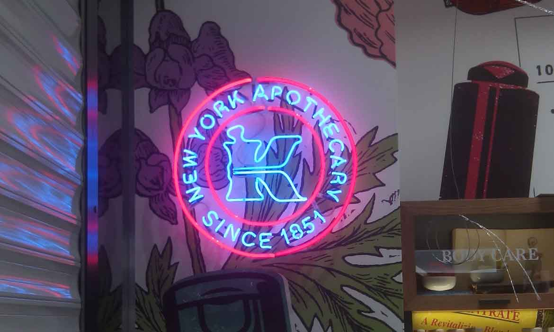 "Неоновая вывеcка ""Kiehl's New York apothecary"""