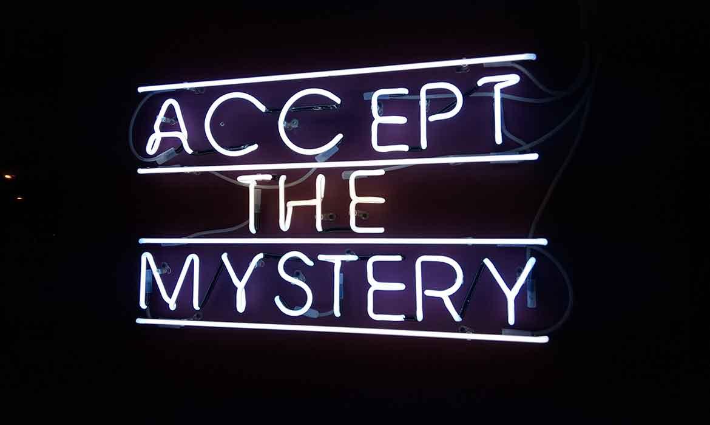 """Неоновая надпись """"Accept the Mystery"""" в """"Креативный квартал"""" (CQ) в БЦ """"Астарта"""""""