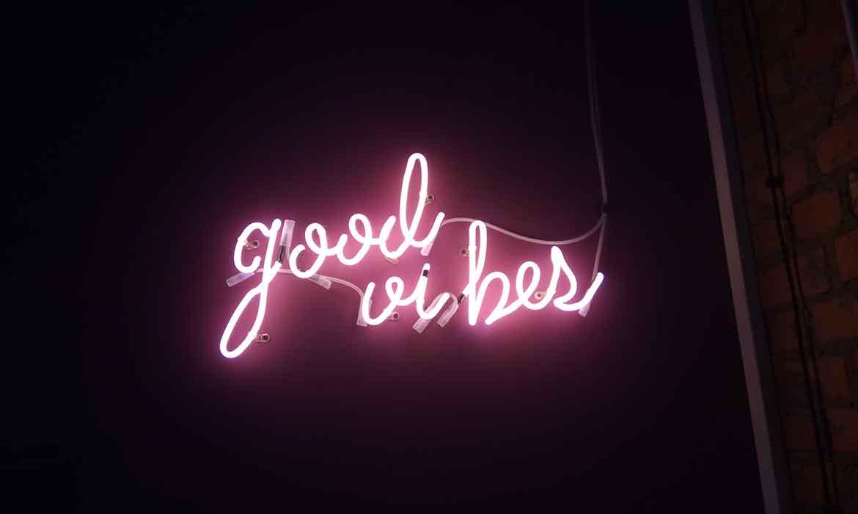 """Неоновая надпись """"Good Vibes"""" в """"Креативный квартал"""" (CQ) в БЦ """"Астарта"""""""