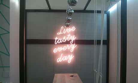 """Неоновая надпись не сетке """"Live tasty every day"""" в кофейне """"Blimey"""" (миниатюра)"""