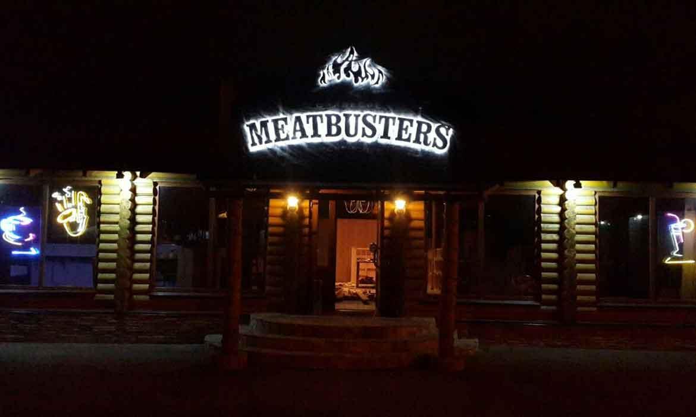 """Вывеска с контражурной подсветкой для ресторана """"MEATBUSTERS"""" - вкл."""