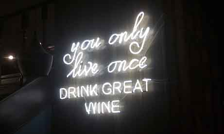 "Неоновый текст ""you only live once - drink great wine"" (миниатюра)"