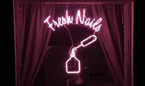 """Неоновая вывеска на витрине студии маникюра и педикюра """"Fresh Nails"""" (миниатюра)"""