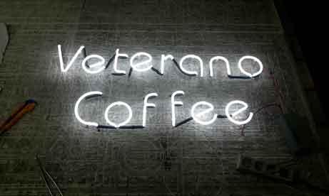 """Неоновые буквы кофейни """"Veterano Coffee"""" в Мариуполе (миниатюра)"""