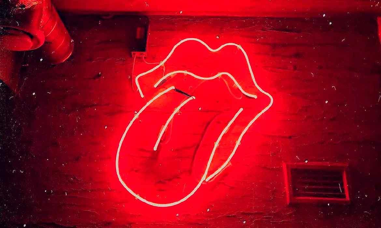 Неоновые губы и язык в