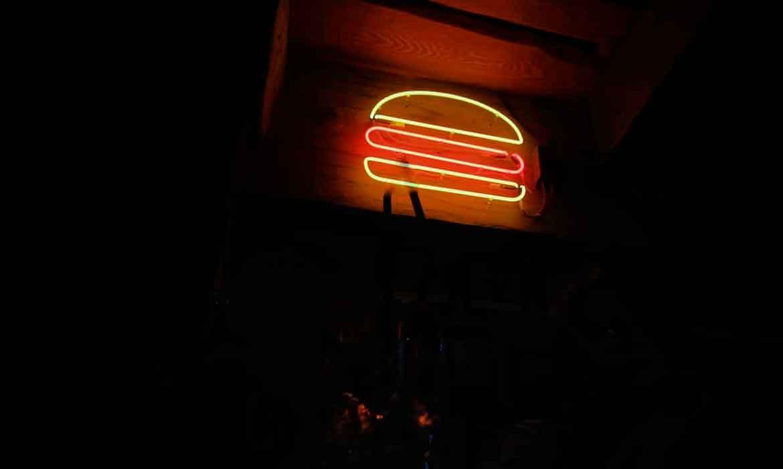 """Неоновый бургер в """"Pleasantville BBQ Pub"""""""