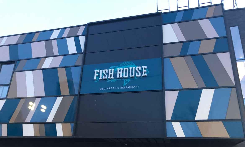 "Световая вывеска ""Fish house"" на фасаде ТРЦ"